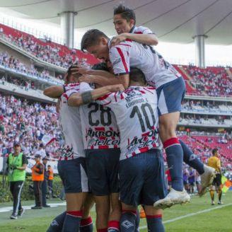 Chivas festeja gol en el Akron