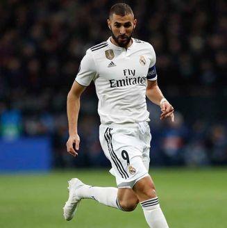 Benzema conduce el balón en juego del Real Madrid