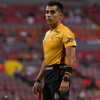 Adonai Escobedo dirige las acciones de un partido de Liga MX