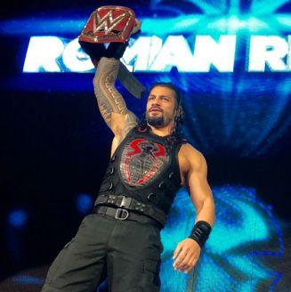 Roman Reigns muestra el título universal de RAW