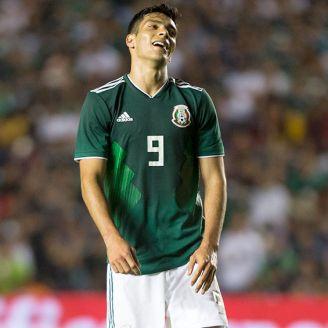 Raúl Jiménez lamenta una acción durante juego de México