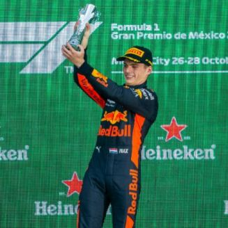 Max Verstappen festeja en el podio del GP de México