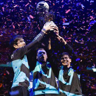Los jugadores de Cloud9 levantan el trofeo de la RLCS