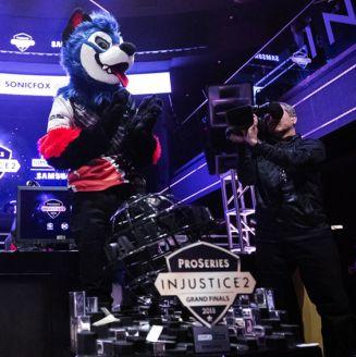SonicFox festeja tras ganar la Injustice Pro Series