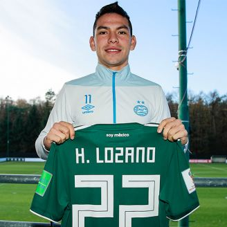 Hirving Lozano posa con la camiseta del Tri