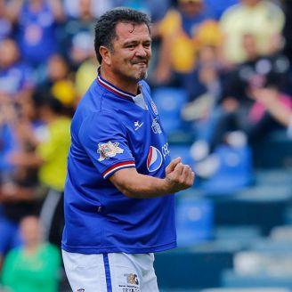 Carlos Hermosillo festeja un gol en juego de leyendas