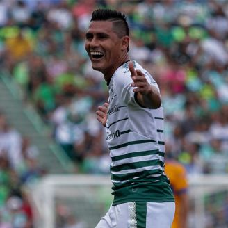 Osvaldo Martínez celebra una anotación con Santos Laguna