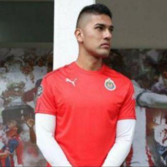 Tony Alfaro posa con una playera de entrenamiento de Chivas