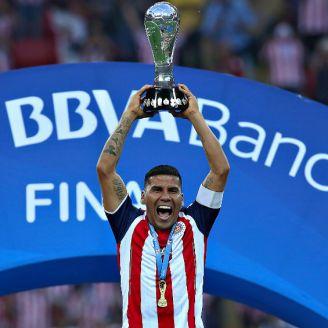 Carlos Salcido levanta el título del Clausura 2017