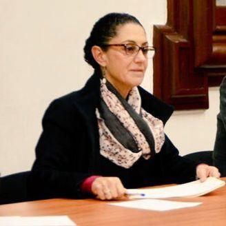 Claudia Sheinbaum atiende a una ciudadana en audiencia pública