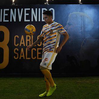 Carlos Salcedo domina el balón en su presentación con Tigres