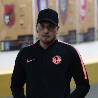 Nicolás Castillo camina por el túnel del Estadio Azteca