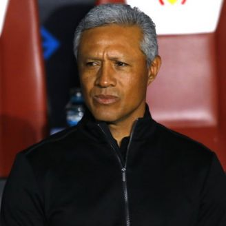 Roberto Hernández en el banquillo de Morelia