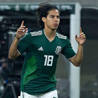 Diego Lainez, ingresando a la cancha en el partido contra Uruguay del año pasado