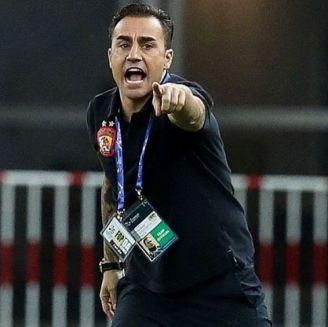 Cannavaro da indicaciones a sus jugadores en China
