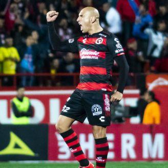 Ariel Nahuelpán festeja un gol con Xolos