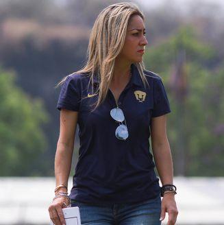 Ileana Dávila, durante un juego de Pumas en La Cantera
