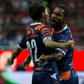 Los jugadores del Puebla festejan un gol contra Puebla