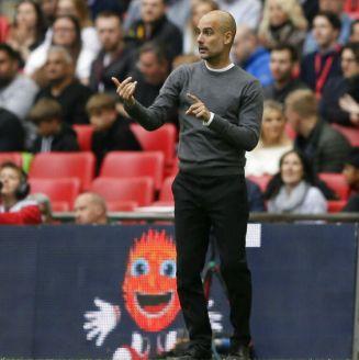 Pep Guardiola da instrucciones en el Manchester City vs Watford
