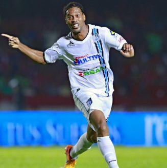 Ronaldinho festeja gol con Querétaro en Liga MX