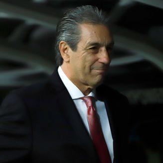 Tomás Boy sonríe durante un encuentro de Chivas