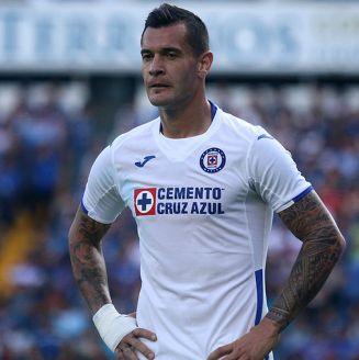Milton Caraglio lamenta una jugada con Cruz Azul