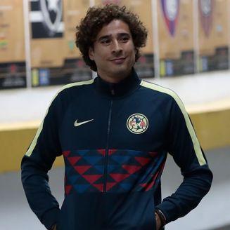 Memo Ochoa llegando al Estadio Azteca