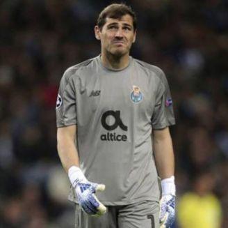 Iker Casillas durante un duelo con el Porto