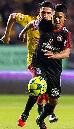 Juan Carlos Medina conduce el balón en encuentro de Xolos