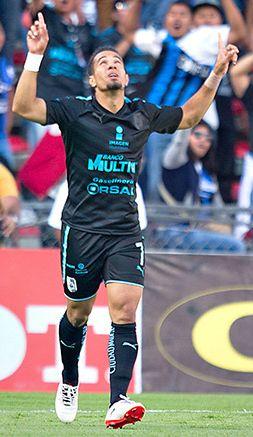 Camilo Sanvezzo festeja su gol contra Monarcas