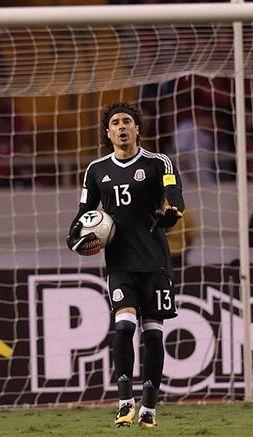 Guillermo Ochoa en el partido contra Costa Rica
