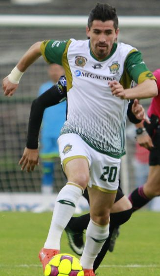 Francisco Pizarro controla el balón en un juego con Potros UAEM
