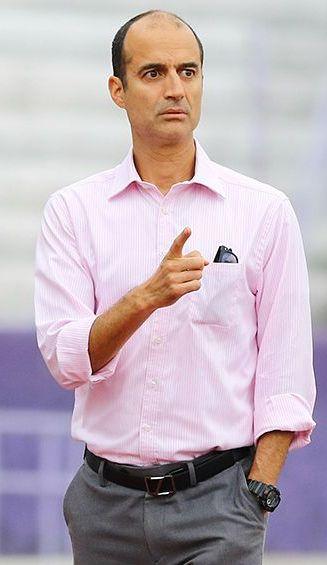 Guillermo Cantú da indicaciones durante un evento