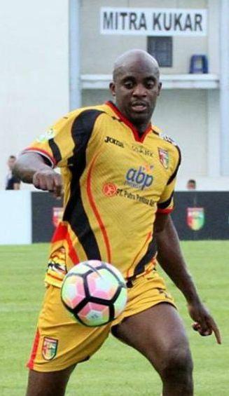 Sissoko controla el balón en un juego con el Mitra Kukar
