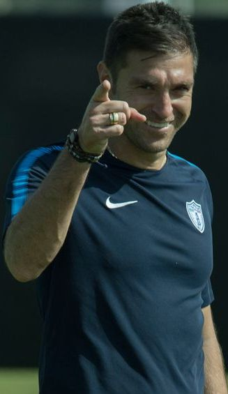 Diego Alonso sonríe durante un entrenamiento en Abu Dhabi