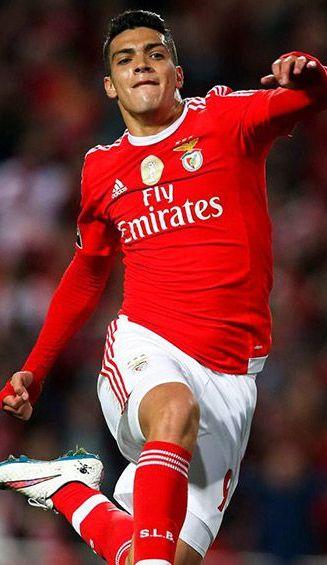Raúl Jiménez festeja un gol con el Benfica