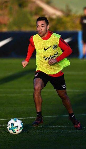 Marco Fabián conduce el balón durante un entrenamiento con Frankfurt