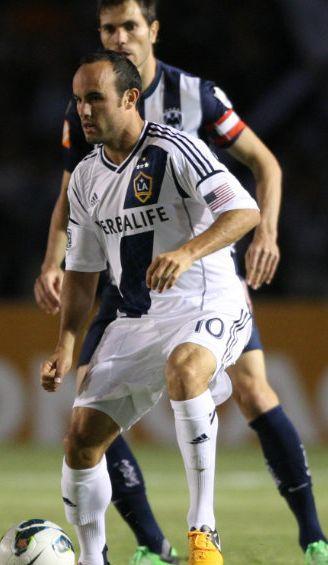 Landon Donovan conduce el balón frente a Basanta de Monterrey