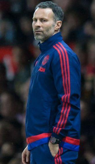 Giggs observa un duelo del Manchester United