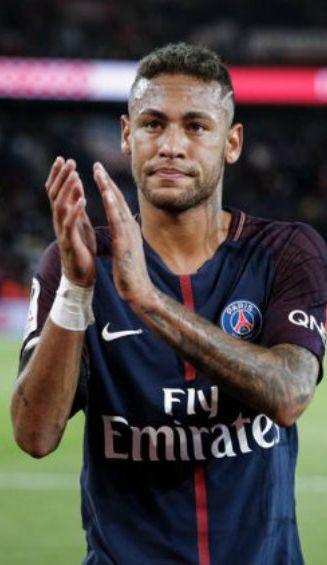 Neymar celebra con la afición gol con el PSG