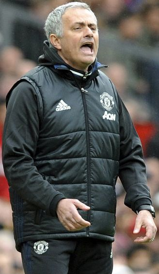 Mourinho da indicaciones durante un juego del Manchester United