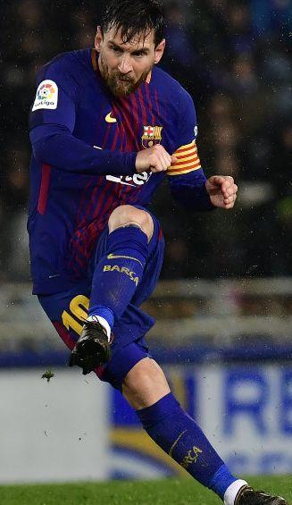 Lionel Messi remata durante un juego con Barcelona