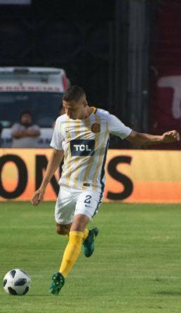Tobio, a punto de rematar en un juego con Rosario Central