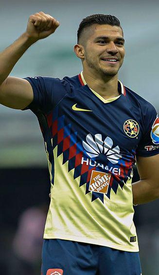 Henry Martín, con su característico festejo de gol con el América