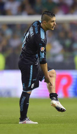 Javier Güemez dejando el terreno de juego tras ser expulsado
