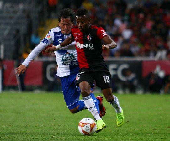 Clifford Abpoagye y Jorge Hernandez, disputan la esférica