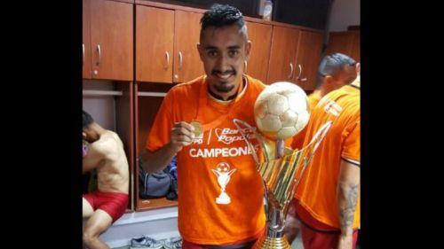 Alfonso Nieto posa junto al trofeo que ganó con el Herediano