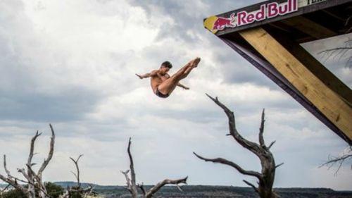 Jonathan Paredes realiza un salto en Texas