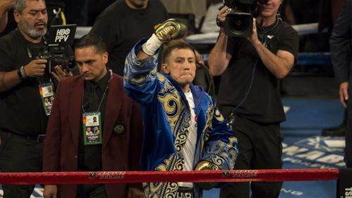 Golovkin levanta el puño tras la pelea contra Canelo Álvarez