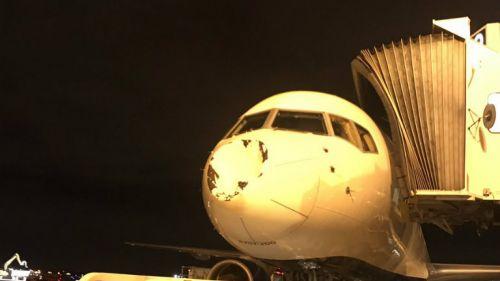 Así quedó el avión tras el impacto con un objeto que no fue identificado